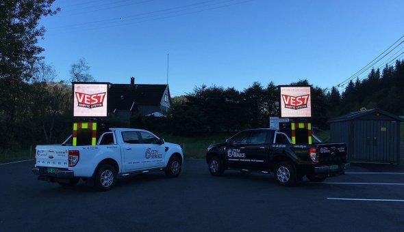 De weginspecteur maakt gebruik van een app op tablet voor de aansturing