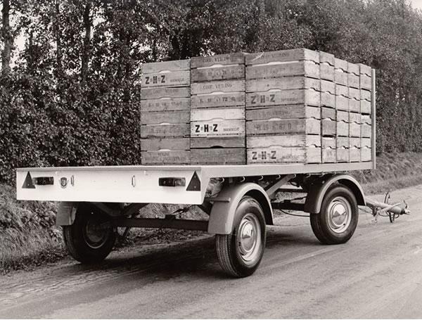 Productie van eerste vierwielige schamelwagen