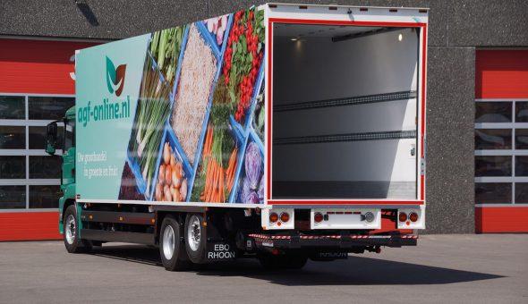 Bloemen en planten opbouw een roldeur op MAN Truck motorwagen