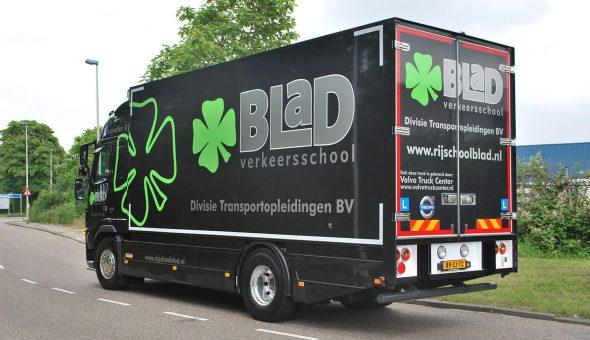 Lesvrachtwagen met een gesloten opbouw op een Volvo met opmaat gemaakte side skirts