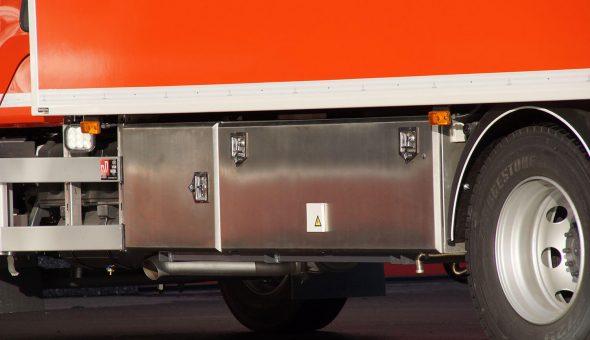 Gesloten plywood opbouw op een Volvo carrosserie met maatwerk interieur en een kachel.