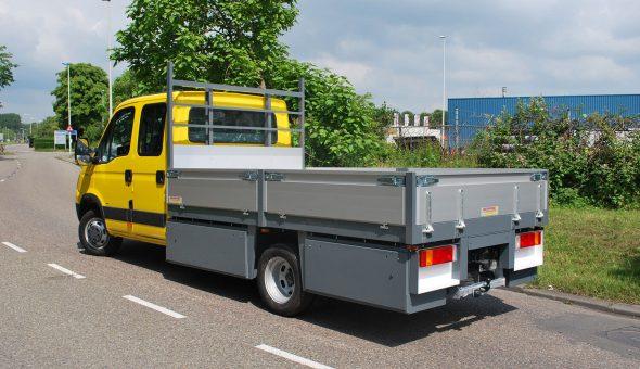 Mercedes Sprinter voorzien van een open laadbak met hardhouten vloer en maatwerk materiaalkast