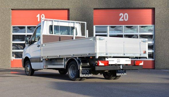 Open laadbak gebouwd op Mercedes Sprinter met open carrosserie en aluminium zijboorden