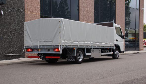 Open opbouw met zeil en aluminium zijslagen op Mitsubishi Fuso