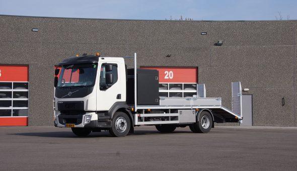 Oprijwagen open carrosserie maatwerk opgebouw op Volvo FL vrachtwagen
