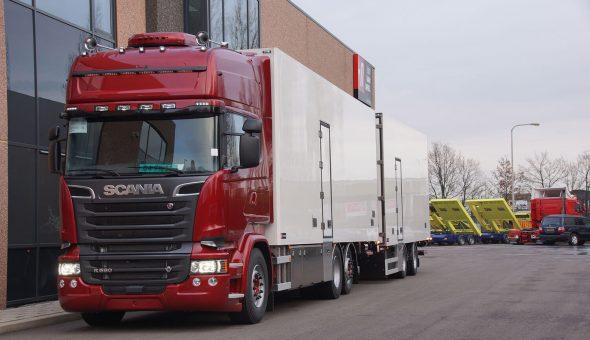 Speciale bloemen en planten carrosserie op Scania vrachtwagencombinatie