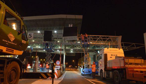 14 Portaaldrips (LED-displays) boven de tollanen van de Westerscheldetunnel