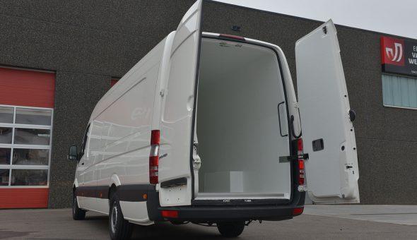 Geïsoleerde bestelwagen omgebouwd in de Mercedes Sprinter