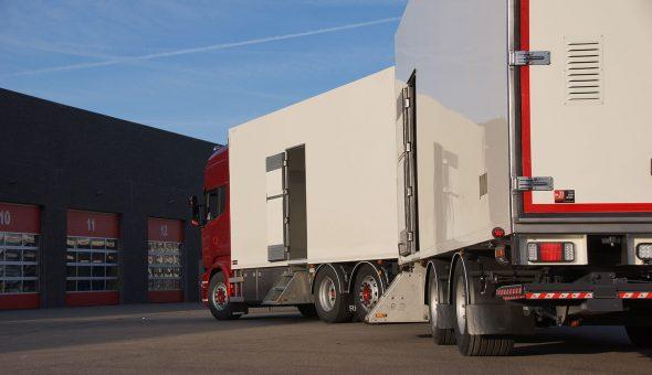 Geconditioneerde vrachtwagen combinatie voor bloemen en planten transport opgebouwd op Scania R580