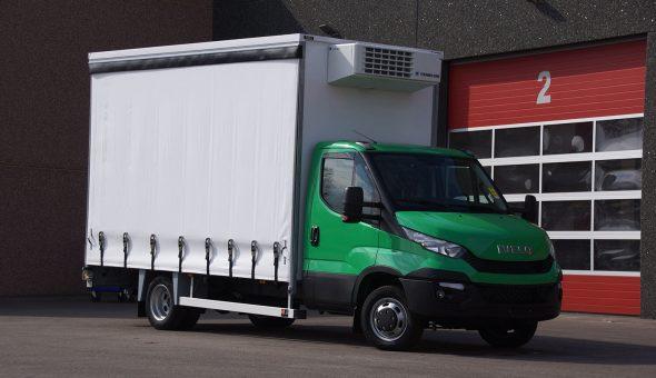 Gesloten schuifzeil carrosserie op Iveco opbouw met Thermoking koeling