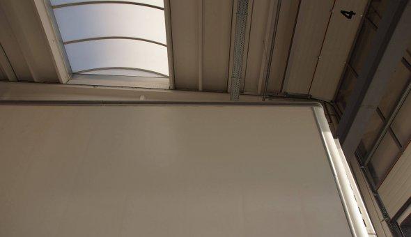 Schade en reparatie met polyester en spuitwerkzaamheden aan koelvries oplegger