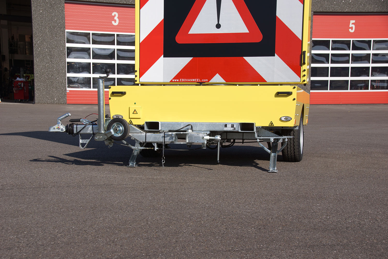 Tekstwagen CO2 neutraal voor stedelijk gebied voorzien van zonnepanelen en energiezuinig LED-display