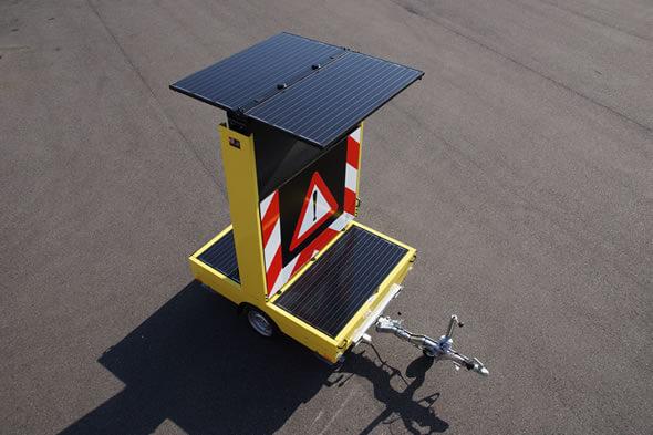Solar tekstwagen voorzien van zonne-panelen voor een lange stand-alone tijd