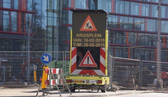 Tekstwagen van BUKO Infrasupport tijdens wegwerkzaamheden op solar energie