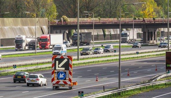 C-ITS-Corridor-op-de-A16-bij-Rotterdam-met-pijlwagen,-actiewagen,-tekstwagen-voor-Road-Works-Warning-proef-(RWW)