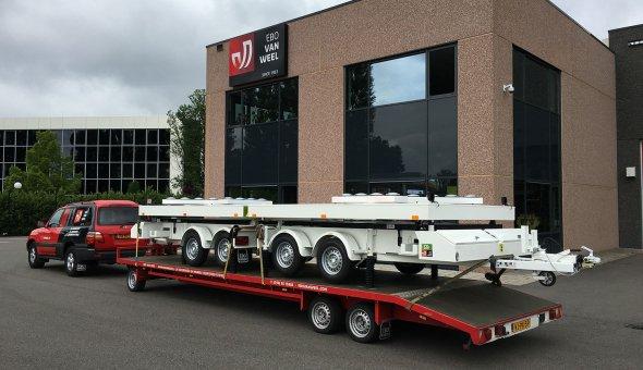 Pijlwagen geleverd aan Traffic & More voorzien van zonne-energie en altererende LED-lampen