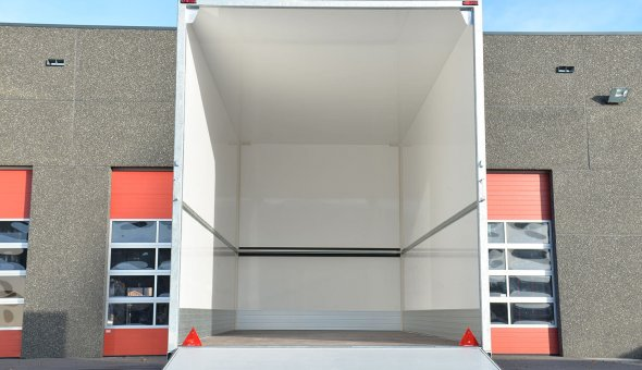 Bloemen aanhangwagen triple asser geleverd aan F. Hofland & zn B.V. met ladingrails