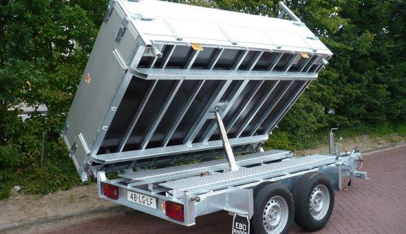 Drie-zijdige kipper aanhangwagen uitgevoerd als tripple asser met hoge aluminium zijslagen