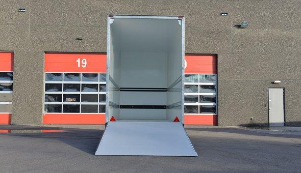 Gesloten aanhager voorzien van plywood sandwich panelen en een betonplex vloer