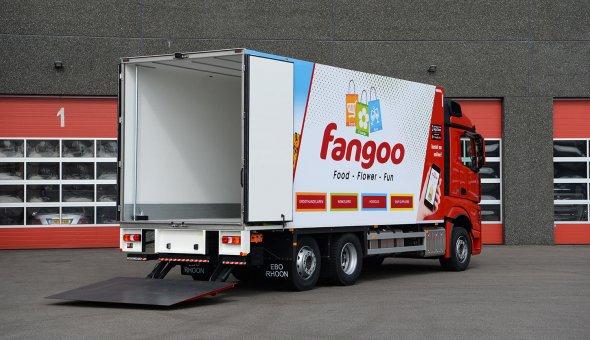 Koelvries carrosserie voor Fangoo op Mercedes Actross uitgevoerd met achteruitrij camera