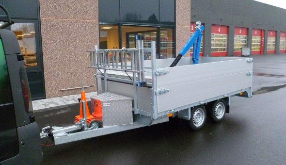 Maatwerk speciaalbouw kipper aanhangwagen voorzien vaan een kraan en meerdere gereedschapskisten