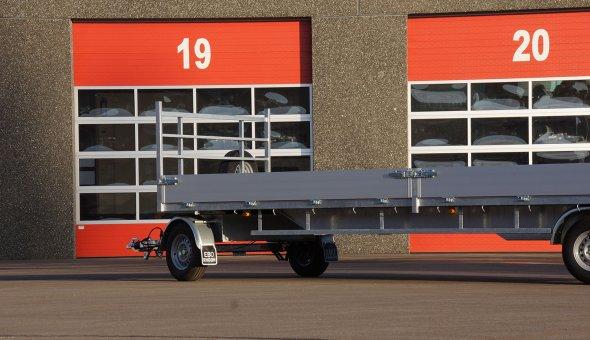 Open schamelwagen voorzien van aluminium zijslagen en betonplex vloer
