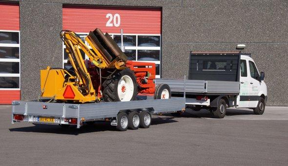 Oprijwagen geleverd voor het vervoer van landbouwvoertuigen en maaimachines