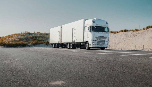 Bloemen transport truck combinatie geisoleerd op DAF speciale carrosserie