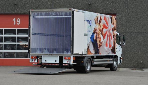 Koelvries vrachtwagen met carrier koelmachine en dHollandia laadklep