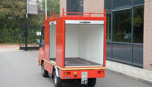 Gesloten opbouw plywood op elektro platformwagen van Spijkstaal met aluminium rolluiken