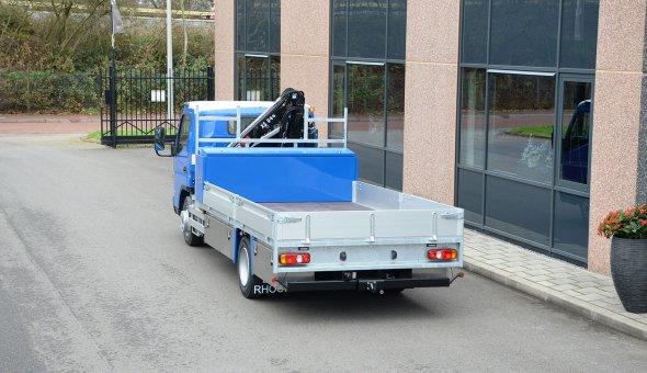 Maatwerk open carrosserie met betonplex vloer en RVS opbergkisten op Mitsubishi Fuso