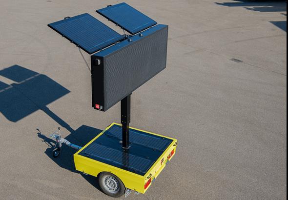 Solar tekstwagen voorzien van Swarco LED-display en zonnepanelen