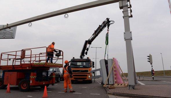 Installatie 7x PortaalDRIPS (Bermdrip Type 3C) voor betere verkeersdoorstorming bij de loketten van de TESO veerdienst