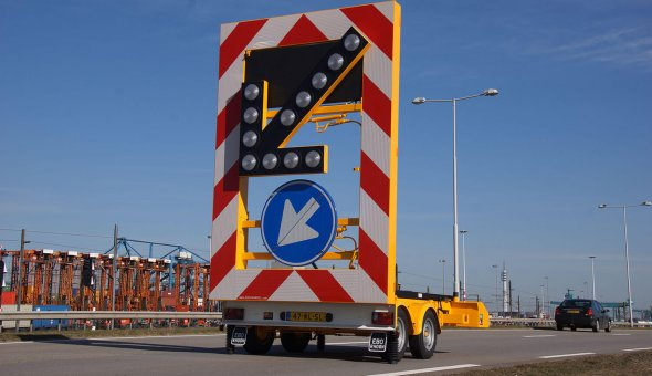 Arrow warning trailer with solar panels to ensure a long stand-alone time with Traffic Fleet