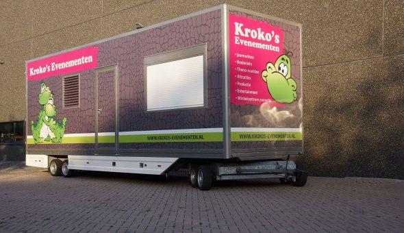 Box van bogie trailers built with sliding sails