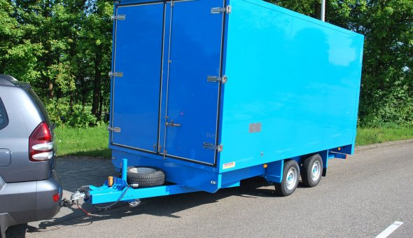 Box van trailer equipped with a dHollandia cantilever