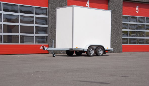 Box van trailer with a sliding sail