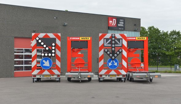 Four traffic trailers delivered to Loxam Works with splitting arrow function to expel traffic