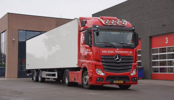 Isotherm semi-trailer for transport of flowers with Pacton chassis - van Zaal
