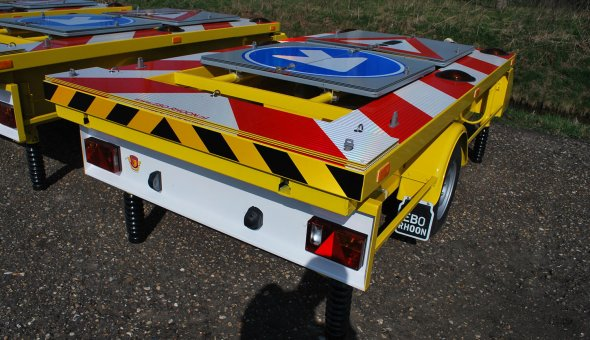 Traffic warning trailer for road works and with traffic signs