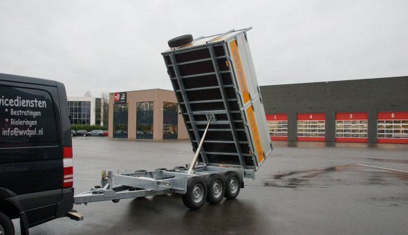 Triple axle tipper trailer with drive plates for transporting machinery
