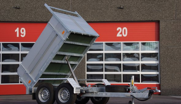 Twin axle tipper trailer with drive plates for transporting machinery
