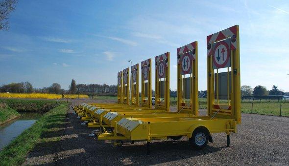 Warning sign trailer for traffic management of road works